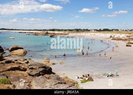 Bretagne beach - personnes bronzer et nager à la plage en été, soleil, Trevignon, Finistère, Bretagne France Europe