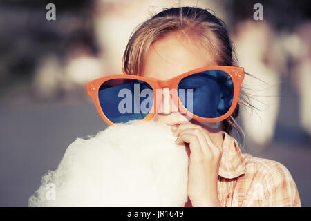 Teen girl eating Cotton Candy Banque D'Images