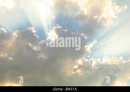 Ciel nuageux avec des soleils cachés de puissants rayons x Banque D'Images
