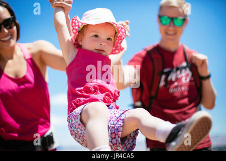 Mère, père, et d'enfant sur un désert randonnée pédestre Banque D'Images