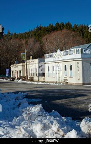 Les bureaux du conseil de comté Maniototo (1878), et l'Hôtel Royal (1878), en hiver, Balmoral, Maniototo, Central Banque D'Images