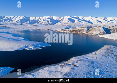 Gamme Hawkdun et Barrage des chutes en hiver, Maniototo, Central Otago, île du Sud, Nouvelle-Zélande - Antenne de Banque D'Images