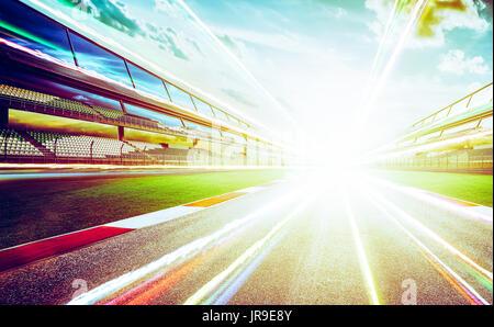 Vue de l'infini vide avec piste de course internationale d'asphalte Sentier lumineux effet . soir scène . Banque D'Images