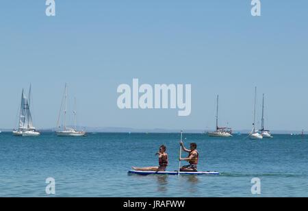 Couple paddle à Cascais au Portugal Banque D'Images