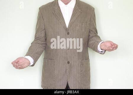 Concept d'affaires de l'égalité. L'homme à la veste, répandre ses bras dans des directions différentes. avantages Banque D'Images