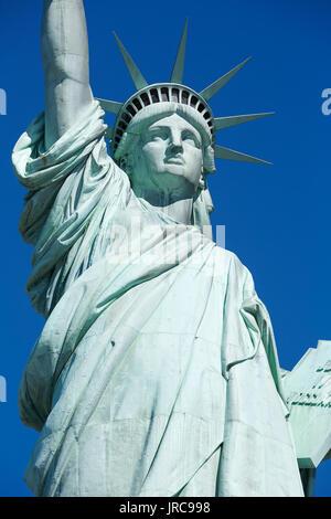 Statue de la liberté dans le détail d'une journée ensoleillée, ciel bleu à New York Banque D'Images
