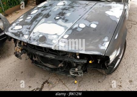 L'épave d'un voiture de bmw avec la peinture abstraite sur son capot Banque D'Images