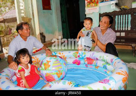 HAI Duong, Vietnam, août, 20: les grands-parents de jouer avec leurs petits-enfants, 20 août 2014 à Hai Duong, Banque D'Images