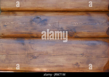 La texture du mur de la maison est faite de bois rond, couvert d'imprégnation de protection. Close up Banque D'Images