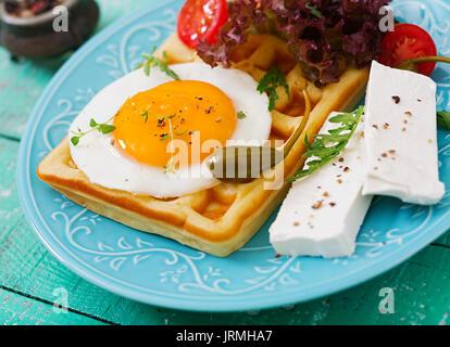 Petit-déjeuner sain - gaufres, œufs, fromage feta, TOMATES ET LAITUE Banque D'Images