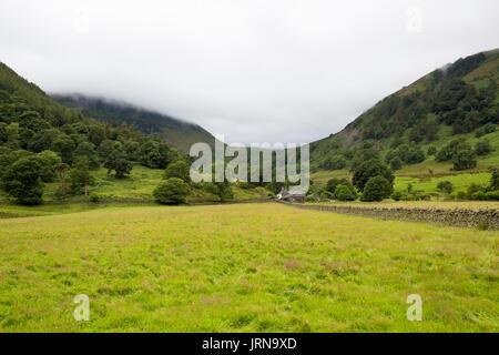Vue sur un champ d'une maison de ferme dans le district du lac montagne à côté d'Ornans Banque D'Images