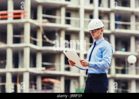 Ingénieur en construction sur le site de construction à la recherche à l'établissement