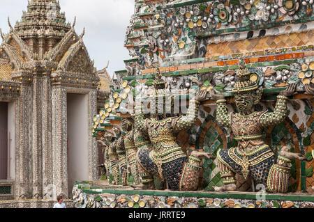 Les chiffres chinois ancien décoré de carreaux de céramique, au Wat Arun temple, sur la rivière Chao Phraya. Yai Banque D'Images