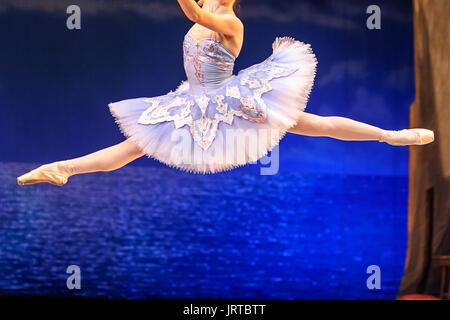 La culture, le ballet, les vêtements concept. ballerine, portant costume bleu magnifique avec tutu, est dans l'air, Banque D'Images