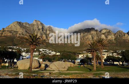 Les nuages se forment sur le dessus de la Montagne de la table, et les douze apôtres comme vu au coucher du soleil Banque D'Images
