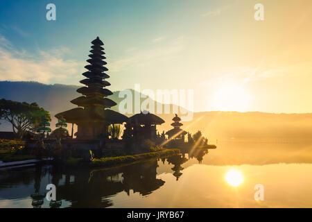 Un beau lever de soleil sur un lac Bratan avec ulundanu temple / pura Ulun Danu bratan, temple hindou sur le lac Banque D'Images