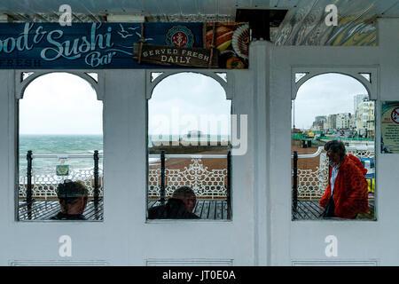 Le Palace Pier de Brighton sur un jour de pluie, Brighton, Sussex, UK Banque D'Images
