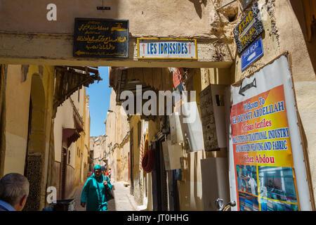 Scène de la vie de la rue. Souk, Médina de Fès, Fes el Bali. Le Maroc, Maghreb, Afrique du Nord Banque D'Images