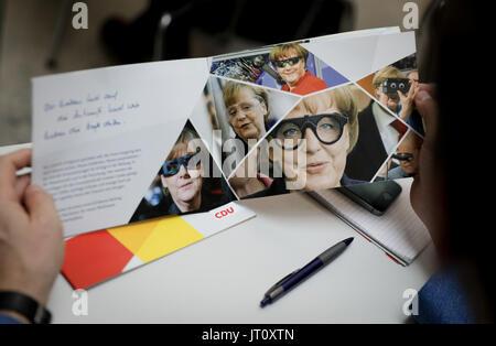 Berlin, Allemagne. 07Th Aug, 2017. Un journaliste parcourt à travers une Union chrétienne-démocrate d'Allemagne Banque D'Images