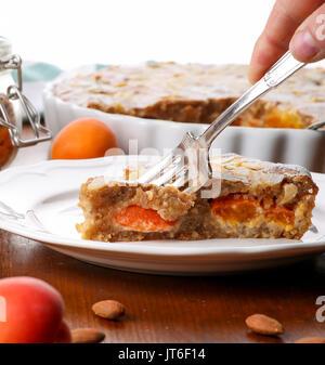 Tarte frangipane abricot quiche sans croûte aux amandes et aromatiques thym-citron sur table en pin brun rustique Banque D'Images