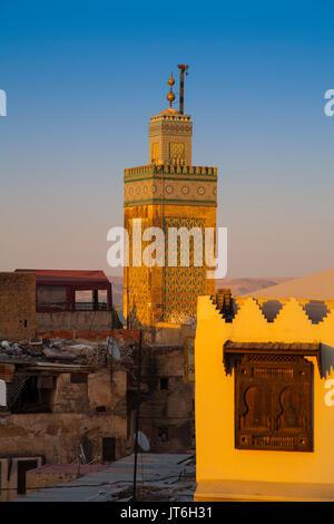La Médersa Bou Inania minaret au coucher du soleil, le Souk Medina de Fès, Fes el Bali. Le Maroc, Maghreb, Afrique Banque D'Images