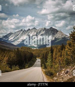 Vue panoramique de la route des Rocheuses canadiennes et sur la promenade des Glaciers. Elle voyage à travers les Banque D'Images