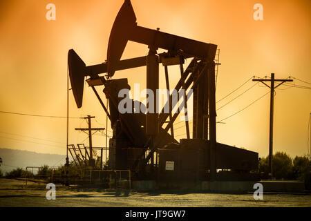 Un puits de pétrole est une plate dans la terre qui est conçu pour apporter les hydrocarbures de pétrole à la surface. Banque D'Images