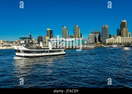 Petit bateau de croisière touristique avec le paysage en arrière-plan, le Port de San Diego, Californie, États-Unis Banque D'Images