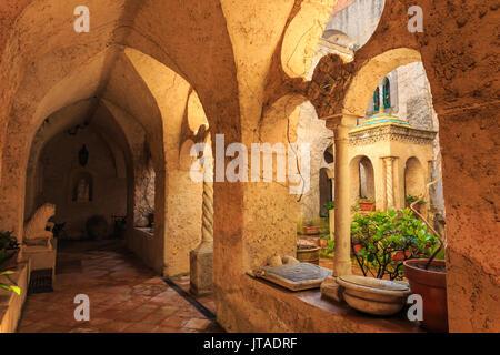 Cloître, superbe jardin de la Villa Cimbrone au printemps, Ravello, Côte Amalfitaine, UNESCO World Heritage Site, Banque D'Images