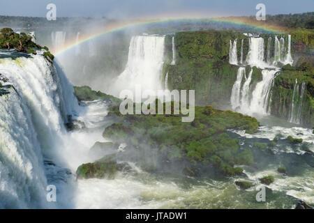 Arc-en-ciel sur l'Iguazu, vue depuis le côté brésilien, UNESCO World Heritage Site, Foz do Iguaçu, l'État de Parana, Banque D'Images