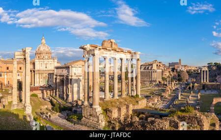 Les colonnes du Temple de Saturne et aperçu des ruines du Forum Romain, Site du patrimoine mondial de l'UNESCO, Banque D'Images