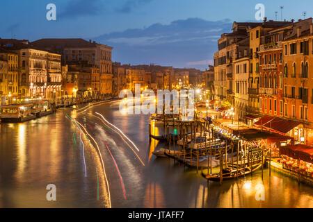 Grand Canal de nuit avec voile light trails et gondoles amarrées, sur l'Fondementa del Vin, UNESCO World Heritage Banque D'Images