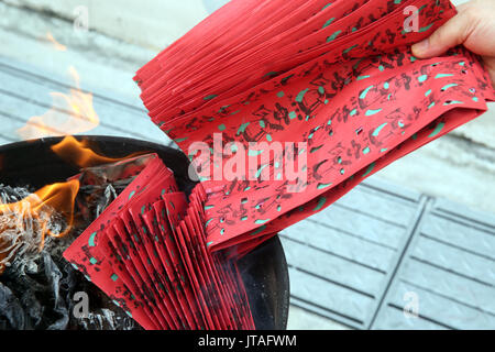 Le culte des ancêtres, brûler en enfer les billets de banque et d'autres formes de joss papier, Esprit affamé Ullambana Banque D'Images