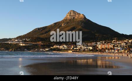 Une vue de la tête de lion mountain comme vu de la plage de Camps Bay à Cape Town, Western Cape, Afrique du Sud. Banque D'Images
