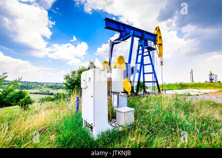 Pompes à huile d'extraction électrique avec plc cabinet. industrie du pétrole et du gaz environnant. Banque D'Images