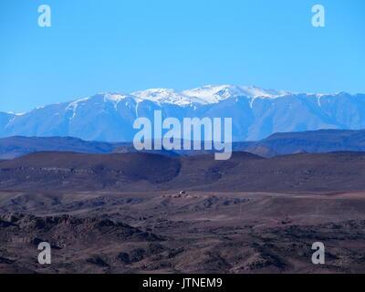 Paysage de montagnes du Haut Atlas au Maroc central vu de l'emplacement près de la ville de Ouarzazate dans la partie centrale de pays, ciel bleu clair en 2017.