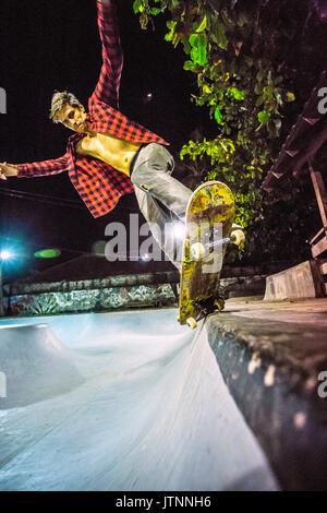Équitation de skateur skate pool, Jimbaran, Bali, Indonésie Banque D'Images