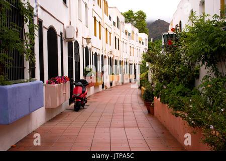 Scooter dans la rue. Maison Blanche. Espagne, Andalousie, Costa del Sol. Banque D'Images