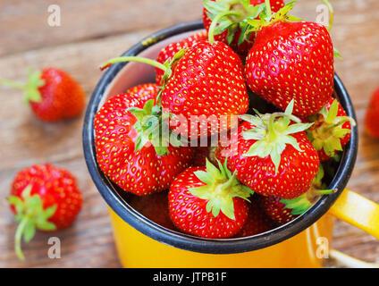 Jardin d'été coupe fraise rustique jaune alimentaire Metal fond sombre Selective Focus Banque D'Images