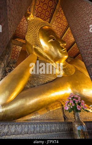 Torse de la célèbre statue de Bouddha couché le Wat Pho (Po) complexe des temples de Bangkok, Thaïlande. Banque D'Images