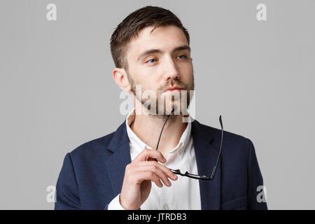 Concept d'affaires - Portrait of a handsome man in suit avec des lunettes une réflexion sérieuse avec stressant Banque D'Images