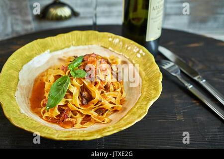 L'Italien pâtes penne aux tomates et pesto dans un restaurant Banque D'Images