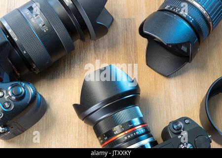 Bureau avec équipement de photographie, l'appareil, les objectifs Banque D'Images