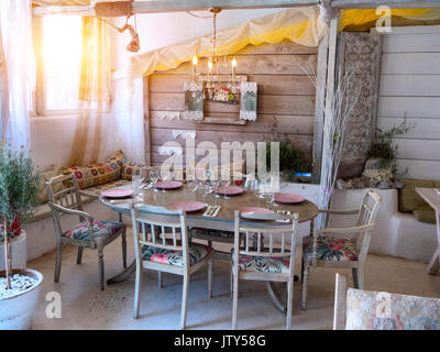 Une petite salle à manger dans une maison rustique, d'un style ancien. Banque D'Images