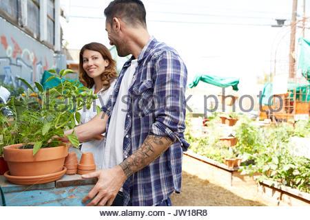 Couple shopping des plantes en pépinière Banque D'Images