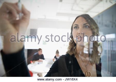 Portrait sur verre dans la salle de conférence réunion Banque D'Images