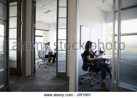 Businesswoman working in office porte Banque D'Images
