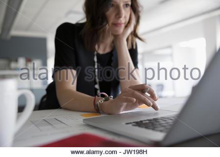 Architecte de femelle at laptop in office Banque D'Images