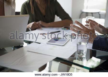 Les gens d'affaires de l'examen des données financières dans la salle de réunion de la paperasserie Banque D'Images