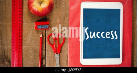 Texte succès contre fond blanc contre vue aérienne de fournitures scolaires avec tablette numérique et d'apple Banque D'Images